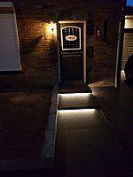 Voordeurtrap voorzien van koud witte led strips voor buiten gebruik