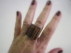 anel de vidro  marrom / riscas pretas  base metal n 20   2,5 x 2,5cm R$24,00