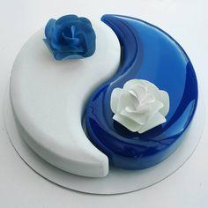 Свадебный сезон открыт) Торт а форме Инь-Ян, две разных начинки, два разных покрытия. Просьба бронировать свои даты заранее 💍…