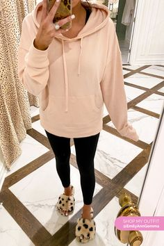 Slippers, black leggings and oversized Sweatshirt. Emily Gemma, The Sweetest Thing Blog #EmilyGemma #theSweetestThingBlog Black Leggings Outfit, Legging Outfits, Tops For Leggings, Loungewear Outfits, Tribal Leggings, Cute Teen Outfits, Cute Outfits For School, Outfits For Teens, Cozy Outfits