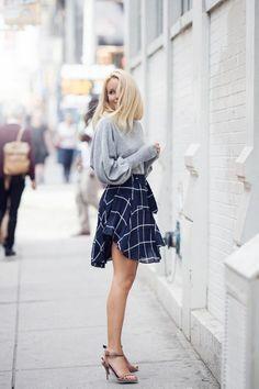 talons hauts sandales femme, pull gris, jupe courte à carreaux