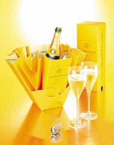Beghin Say et Veuve Cliquot : ces emballages qui ont marqué le siècle Wine Drinks, Alcoholic Drinks, Veuve Cliquot, Paper Bag Design, Gift Box Design, Champagne Corks, Moet Chandon, Sparkling Wine, Wine And Spirits