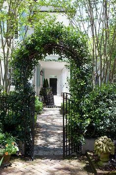 William Elliott House (circa in Charleston via Flower magazine Charleston Style, Charleston Homes, Charleston Gardens, Love Garden, Water Garden, Dream Garden, Garden Arbor, Garden Gates, Door Gate Design