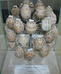 Easter Egg Crafts, Easter Eggs, Valintines Day, Types Of Eggs, Egg Shell Art, Carved Eggs, Paint Drop, Egg Art, Egg Decorating