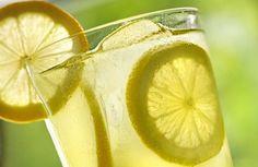 Diese Zitrusfrucht ist seit Jahrhunderten für ihre gesundheitsfördernden Eigenschaften bekannt. Zitronen wirken gegen Bakterien, Viren, stärken das Immunsystem und helfen dabei, Gewicht zu verlieren. Zitronen fördern auch die Verdauung und reinigen die Leber.