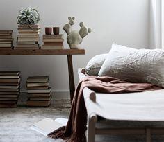 Susanna Vento styled a bedroom with Tikkurila Color Now Clay color palette. Susanna Vento sisusti makuuhuoneen Tikkurilan Color Now Clay -väripaletin tummilla sävyillä.