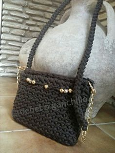 Bolso de trapillo marrón con detalles en oro by Crochet o ganchillo