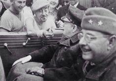 El Primer Ministro inglés recibiendo fuego de un hombre francés en 1944.