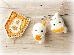 Halloween tree decorations are fun to sew. Browse this huge list of the spookiest and most adorable Halloween tree ornaments for some inspiration! Moldes Halloween, Manualidades Halloween, Halloween Sewing, Kawaii Halloween, Halloween Doll, Halloween Ghosts, Halloween Birthday, Diy Halloween Garland, Felt Halloween Ornaments