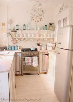 "Read More""@ The Villa on Mount Pleasant: pastel kitchen"", ""Shabby chic. Cottage Shabby Chic, Cocina Shabby Chic, Shabby Chic Homes, Sweet Home, Tyni House, Pastel Kitchen, Cottage Kitchens, Cozy Kitchen, Retro Home Decor"