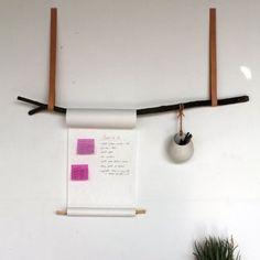 Du skal en tur i skoven og finde en god gren (husk du må ikke save i træerne, heller selv om du spotter en virkelig god gren!:-) Derudover skal du bruge to lange stykker læder, En rulle papir (kan købes i IKEA), en rundstok (evt. Silvan), et stykke sejlgarn og en krukke med hul. Krukken her er også fra IKEA. Du kan lade grenen være som den er, eller male den sort eller neon. Idéen her kan også flyttes ud i køkkenet og benyttes til gryder og pander.