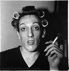Diane Arbus, Jeune homme en bigoudis chez lui