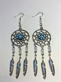 """Boucles d'oreilles """"L'attrape rêve blanc et les plumes indiennes bleues"""" de la boutique LesBreloqueDeBel sur Etsy"""