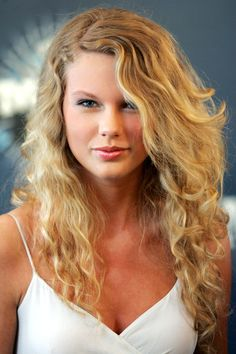 Swift sports a beachy 'do and natural makeup for the CMT Music Awards.   - HarpersBAZAAR.com