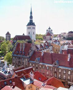 Tallinn, Estônia Uma pequena e agradável capital estoniana. Todos os principais atrativos concentram se à Cidade Velha.  O centro medieval é composta por duas áreas, a parte alta Toompea e a cidade baixa.  Boa parte deste conjunto ainda é cercada pelas antigas muralhas defensivas que, de certa forma, isolam o conjunto dos modernos.