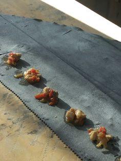 San Silvestro fra compari. Ravioli impastati al nero di seppia con farcia di pescespada e peperoni.