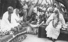 Rabindranath Tagore with Mahatma Gandi and Kasturba at Santiniketan Rabindranath Tagore, Bhagavad Gita, Rare Pictures, Rare Photos, Historical Pictures, Iconic Photos, Vintage Photos, Mahatma Gandhi Photos, Gandhi Quotes