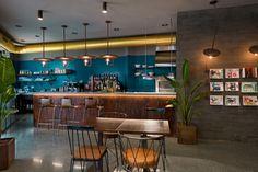 Masquespacio nous présente son dernier projet de design d'intérieur pour La Manera, un gastrobar dans la vieille ville de Valence.  Le projet de La Manera consiste à créer un concept d'accueil qui puisse fonctionner de jour comme de nuit, adaptable à chaque moment et exigence, à commencer par un brunch et un café le matin, pour se transformer en restaurant le midi et finir en bar à cocktails le soir. Le concept du lieu se concentre sur un service, une nourriture et des boissons de…