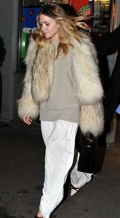 Who made Mary Kate Olsen's white pants and bow pumps that she wore in Paris on Oktober 6, 2010? Pants – The Row  Shoes – Prada