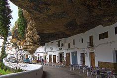 Andalucía / Spain - Un pueblo adosado a una roca, Setenil de las Bodegas (Cádiz) Pareciera que una enorme roca está a punto de desmoronarse y aplastar las casas de Setenil de las Bodegas. El río Guadalporcún ha modelado un impresionante tajo a su paso por la ciudad. Y sus habitantes, han decidido no desaprovechar ningún espacio: