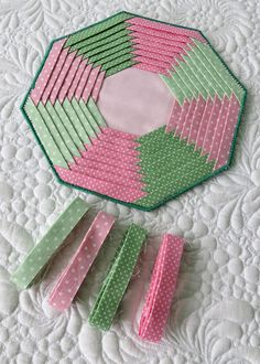 Folded Strips pattern for coasters and mug rugs. Folded Strips pattern for coasters and mug rugs. Patchwork Quilting, Quilting Tips, Quilting Tutorials, Quilting Projects, Quilting Designs, Sewing Projects, Hexagon Patchwork, Patchwork Ideas, Patchwork Patterns