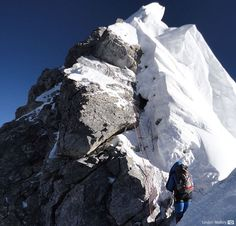 Dave Hahn approaches the base of the Hillary Step on Everest in Countryside Landscape, Mountain Landscape, Mountain Climbing, Rock Climbing, Everest Base Camp Trek, Photos Voyages, Top Of The World, Mountaineering, Climbers