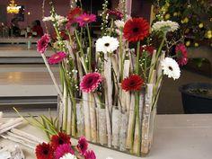 Net even anders met gerbera Contemporary Flower Arrangements, Tropical Flower Arrangements, Ikebana Flower Arrangement, Art Floral, Deco Floral, Floral Foam, Faux Flowers, Small Flowers, Pretty Flowers