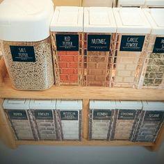 お家に一個はある、調味料やパスタなどを入れて置く「キッチン保存容器」。市販の物を入れ替えて使う方が大半で、現在はとても可愛い種類が沢山!ついついまとめ買いして増えてしまった保存容器や、古くなった容器のリメイク術などお手本にしたいアイデアをいくつかまとめてみました!