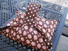 Casserole carrier in Breakfast at Tiffany's fabric by Fig Tree Quilts for Moda.  Holds any casserole or baking dish up to a 9 x 13 cake pan.  Great hostess gift.