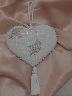 Flores no Jardim - Lee Albrecht: Emotions - Freebies Hardanger Embroidery, Hand Embroidery Stitches, Embroidery Patterns, Cross Stitch Patterns, Drawn Thread, Thread Work, Crafty Craft, Cross Stitching, Sewing Crafts