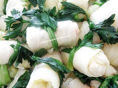 lahana turşusu sevenler birde böyle denesin...nefis oluyor... malzemeler: 1 tane büyük boy gevşek sarmalık lahana iç harcı: lah... Fresh Rolls, Food And Drink, Vegetables, Ethnic Recipes, Islam, Essen, Vegetable Recipes, Veggies