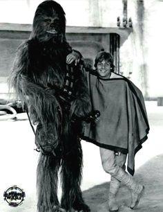 Luke Skywalker (Mark Hamill) and Chewbacca (Peter Mayhew. Star Trek, Nave Star Wars, Star Wars Cast, Images Star Wars, Star Wars Pictures, Film Pictures, Mark Hamill, Luke Skywalker, Chewbacca