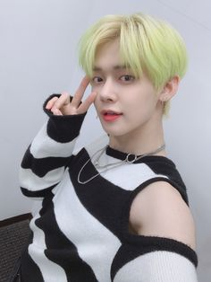 [ENG Trans] I have held back for long time and as our MOAs have waited a long time too hehe I wanna see our MOAs soon ㅠㅠ  Please anticipate to the neon yellow fennec fox's activities! Thank youuuuu~~~ (Bows head) K Pop, Rapper, The Dream, Neon Hair, Shared Folder, Yellow Hair, Neon Yellow, Twitter Update, K Idols