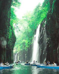 みなさんは「高千穂峡」という場所をご存知ですか?ここ「高千穂峡」は宮崎県にあるパワースポットで、国の名勝・天然記念物に指定されている峡谷です。今回はそんな「高千穂峡」の魅力をたっぷりとご紹介します。