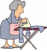 Mujer ama de casa planchando