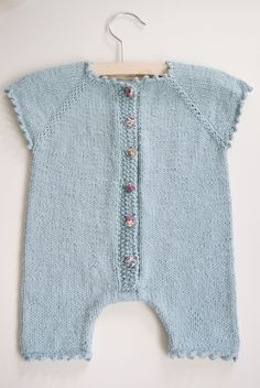 Ravelry 430375308112270409 - adorable (love the liberty buttons). via petit brin de mimosa. Knitting For Kids, Baby Knitting Patterns, Baby Patterns, Knitting Stitches, Baby Outfits, Kids Outfits, Baby Kind, Baby Sweaters, Overall