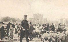 Beyazıt Meydanı (1892)  Serasker kapısı yakınında kurulan kurban pazarının muhtelemen bir kurban bayramına ait görünümü.