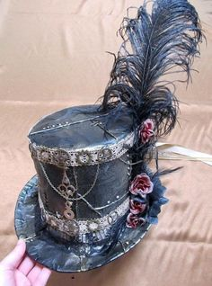 Maybe without the feather~ Diy Duct Tape Steampunk Top Hat. I would actually just do the top hat and not worry about the rest. Steampunk Cosplay, Viktorianischer Steampunk, Steampunk Clothing, Steampunk Crafts, Steampunk Makeup, Steampunk Design, Steampunk Necklace, Steampunk Nails, Steampunk Halloween Costumes