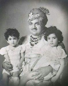HIS HIGHNESS MAHARAJA HANWANT SINGH JI OF #JODHPUR [1923 - 1952] WITH HIS DAUGHTERS BAIJILAL CHANDRESH KANWAR SAHIBA AND BAIJILAL SHAILESH KANWAR SAHIBA  c. 1950 Duleep Singh, Rajasthani Dress, India Asia, Vintage India, India People, Blue Bloods, Jodhpur, King Queen, Royalty