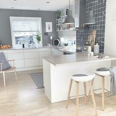 Very Nordic kitchen with banks About A Stool de Hay www. - Very Nordic kitchen with banks About A Stool de Hay www. Small Kitchen Bar, Diy Kitchen, Kitchen Dining, Kitchen Decor, Kitchen White, Kitchen Ideas, Open Kitchen, Nordic Kitchen, Decorating Kitchen