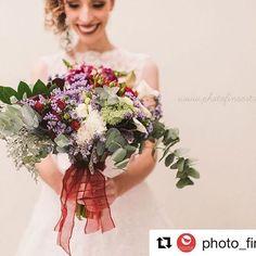 """Bom dia com o registro lindo desse sorriso, dessa noiva e desse bouquet! ❤️🌿 #flowerslovers #Repost @photo_fine_art with @repostapp ・・・ Aiiii esse buquê """"descabelado""""! 😍 acho q se o Vini quisesse casar comigo de novo, meu buquê seria assim!  Esse buquê é uma arte das @asfloristas 🌿 💛#fotografiacuritiba  #photofineartcuritiba #fotografiadecasamento #fotografiadecasamentocuritina #buquedeflores #buquê #bouquet #bouquetdenoiva #weddingphotography #brideportrait #noiva #fotografiadebodas"""