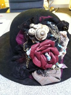 Hat med DIY pynt. Tyl, blonder, knapper og kæder.