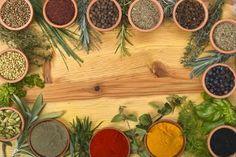 Orégano:Usado em receitas à base de tomates, queijos ou ovos e também em feijão branco. Em chás, as folhas do orégano alivia bronquite, tosse e cólicas intestinais. Suas folhas tem ação antioxidante e evitam a hipoglicemia (baixa do açúcar no sangue).  Salsinha:Muito apreciada em saladas, molhos, carnes, etc. Ajuda suavizar dores do estômago e combater doenças do coração. Conhecida também por salsa-de-cheiro.