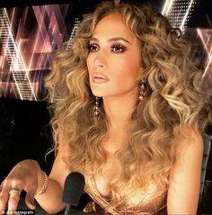 Celebrities Are Getting Perms and We're Super Into It Jennifer Lopez - Perms are so 30 years ago, right? Not so fast. After years of pin-straight hair and laid-back beachy waves, bouncy curls are making a comeback. Jlo Makeup, Hair Makeup, Ombré Hair, Big Hair, Wavy Hair, Blake Lively, Maquillaje Jennifer Lopez, Jennifer Lopez Makeup, Pretty Hairstyles