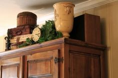 Great idea for decorating the empty space above an armoire or entertainment center. 41 Gorgeous Traditional Decor Style For Ending Your Home Improvement – Great idea for decorating the empty space above an armoire or entertainment center. Top Of Cabinets, Above Cabinets, Maple Cabinets, Cupboards, Decorating Above Kitchen Cabinets, Kitchen Decor, Cabinet Top Decorating, Plant Ledge Decorating, Kitchen Ideas