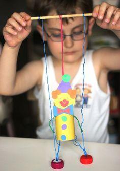 Marionette Clown selber basteln Kinder The post Clown basteln mit Kindern aus Tonpapier Klorollen Pappteller und Co. appeared first on Love Mode. Clown Crafts, Circus Crafts, Puppet Crafts, Carnival Crafts Kids, Fun Crafts For Kids, Creative Crafts, Diy For Kids, Kids Fun, Kids Girls