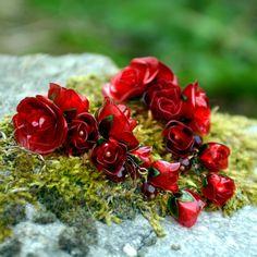 Pro+vášeň+-+náušnice+z+PET+lahví+Náušnice+jsou+velmi+lehoučké+a+na+denním+světle+ještě+víc+ožívají,+vypadají+jakoskleněné.Hlavní+květy+jsou+složené+až+ze+4+vrstev+ručně+vystřižených,+opracovaných+a+natvarovaných+květů+(včetně+listů)+a+poupátka+ze+tří.+Neuvěřitelně+nádherně+sluší+černovláskám,+tmavovláskám.+Ač+vypadají+honosně,+stále+jsou... Napkin Rings, Wedding Rings, Engagement Rings, Jewelry, Decor, Enagement Rings, Jewels, Schmuck, Anillo De Compromiso