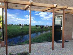 Een leuke klantreactie ontvingen wij via www.tuinposteropmaat.nl  waarbij de klant de tuinposter aan de muur heeft bevestigd bij de carport met houten latten!