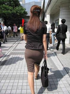 A sexy collection of yet more photographs of young Far East Asian ladies wearing extremely tight skirts as part of elegant suits and uniform. Fitted Skirt, Sexy Skirt, Sexy Rock, Executive Woman, Pencil Skirt Work, Sexy Hips, Very Long Hair, Sexy Older Women, One Piece Dress