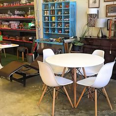 www.potsdam.es C/Santa Marta 6 Pamplona.  Mesa 100cm de diametro en blanco con estructura de madera con sillas a juego